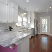 Кухня в светлых тонах с фиолетовыми акцентами
