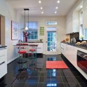 Глянцевая черно-белая кухня