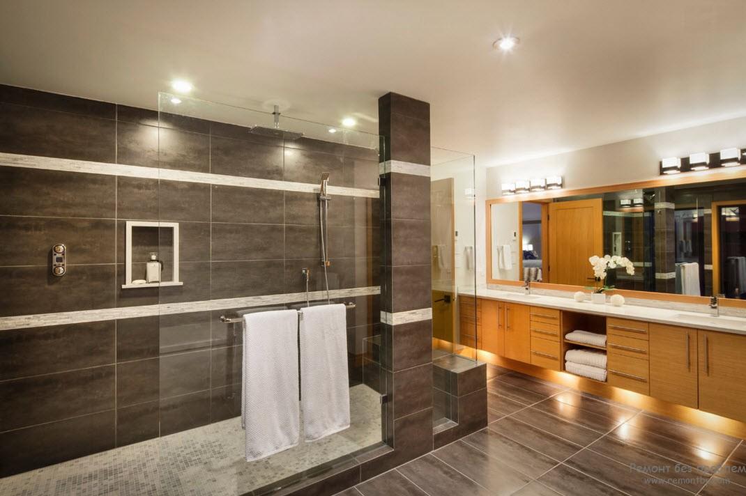 Натяжные потолки - хорошее решение для отделки ванной комнаты в коричневых тонах