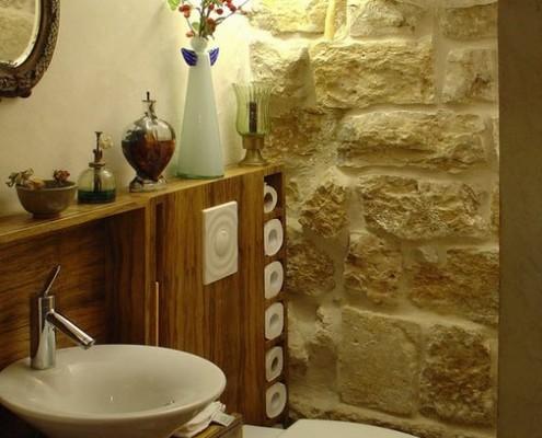 Камень в декоративной отделке стен туалета
