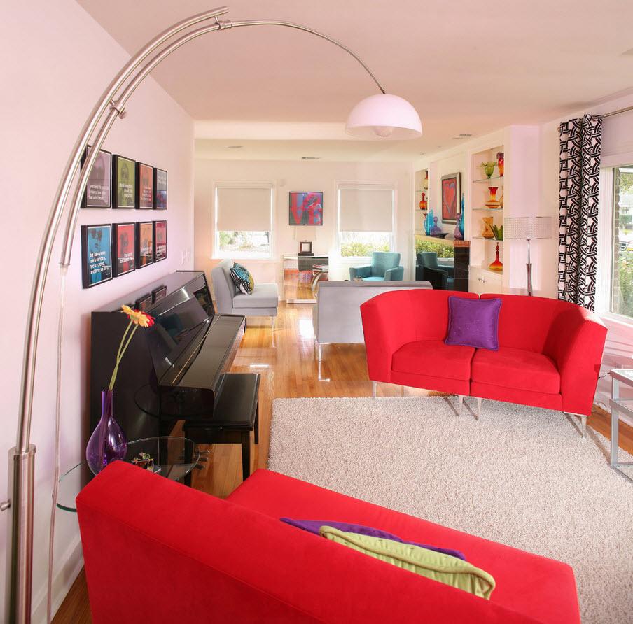 Бледно-рохзовый с красным в интерьере гостиной