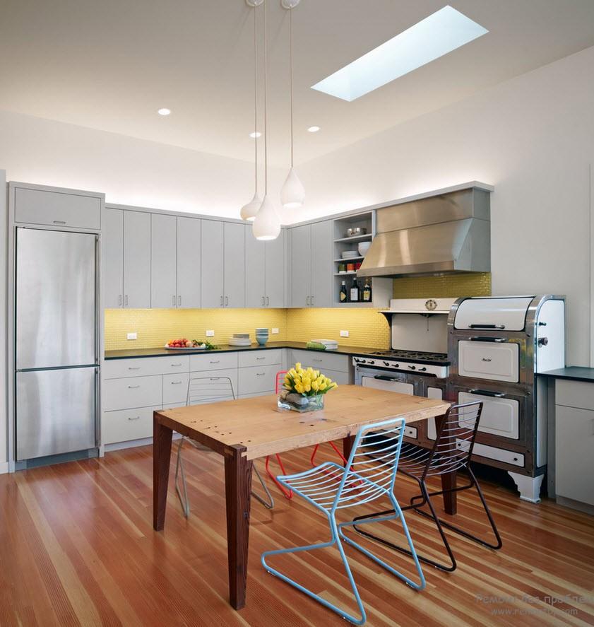 Деревянный пол и стол на кухне