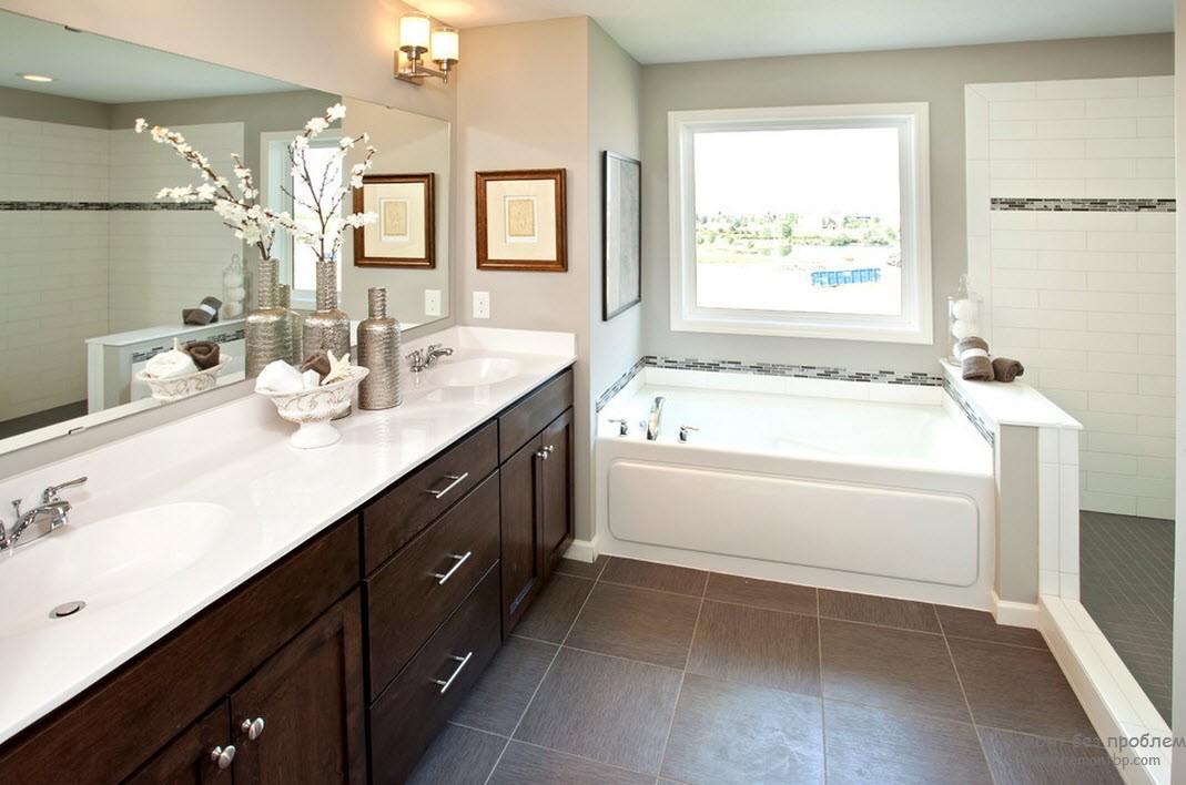 Коричневый с белым - эффектное сочетание для ванной комнаты