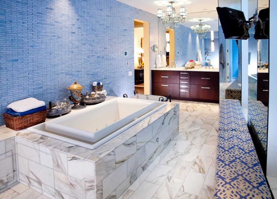 Большая синяя ванная комната
