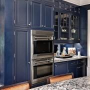 Темно-синяя мебель на кухне