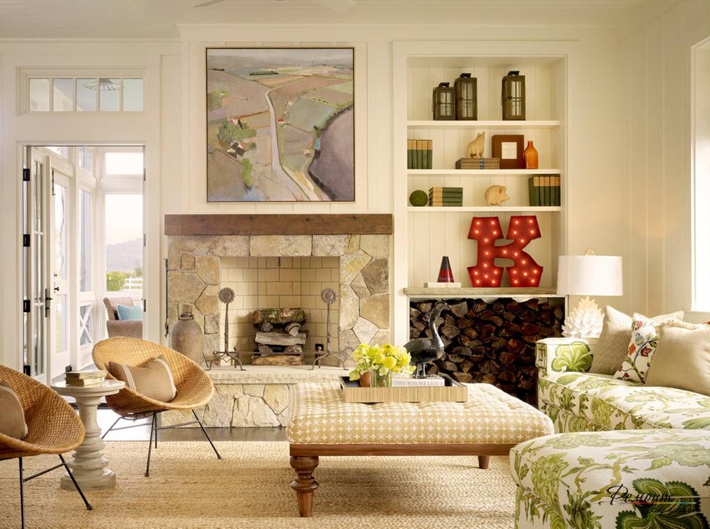 Наличие аксессуаров освежает интерьер гостиной в загородном доме