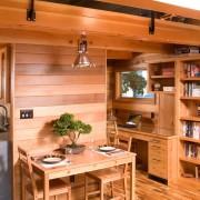 Кухня, обшитая светлым деревом