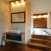 Интерьер ванной комнаты, где ванна утоплена в подиуме