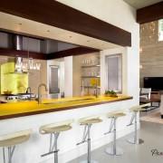 Современная кухня с желтыми элементами