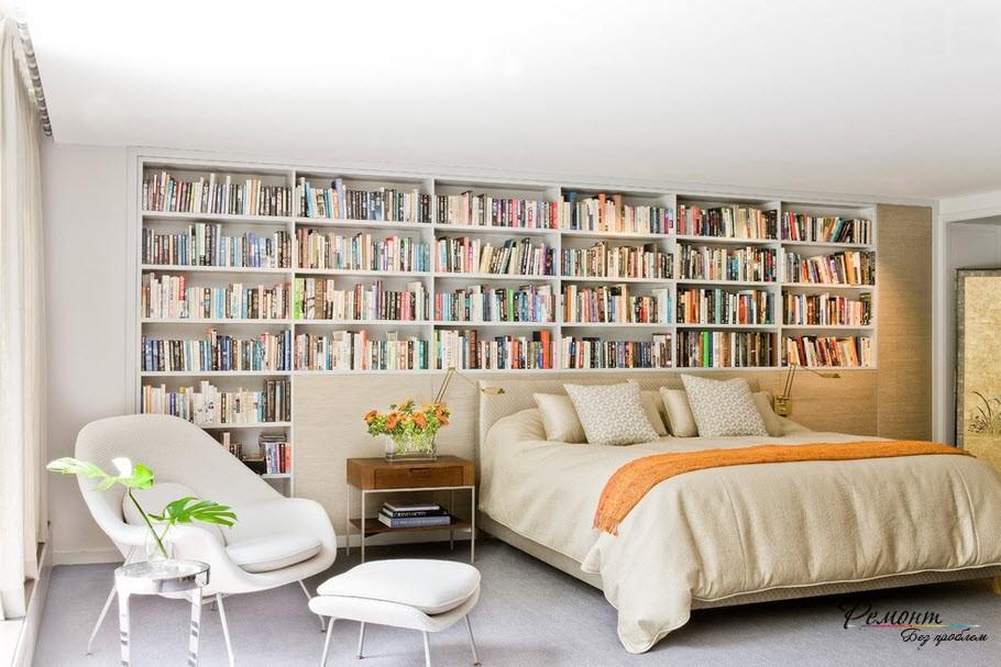 Книжные стеллажи можно организовать и в спальне: или над дверным проемом, или прямо над изголовьем кровати