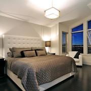 Огромная кровать в спальне