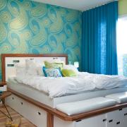 Льняные синие шторы в гармонии с узором на стене