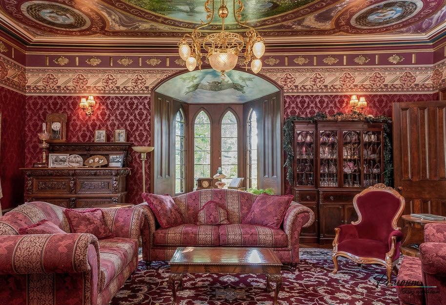Шикарный интерьер в королевском стиле, где обои гармонично сочетаются со всем интерьером