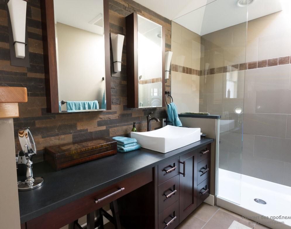 Голубые полотенца в качестве аксессуаров прекрасно гармонируют с коричневым интерьером ванной комнаты