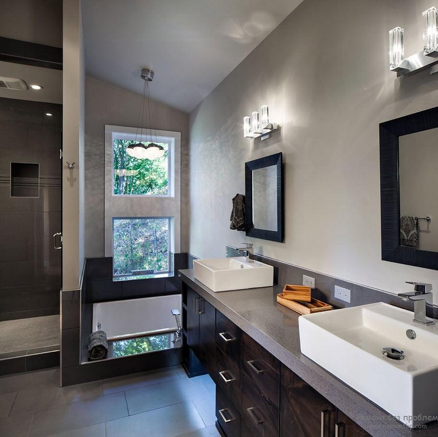 Красивая мебель для ванной темно-серого цвета со светло-серой столешницей