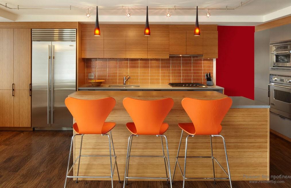 Интерьер в оранжевом оформлении с деревом