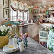 Мноржество ярких предметов декора на небольшой загородной кухне