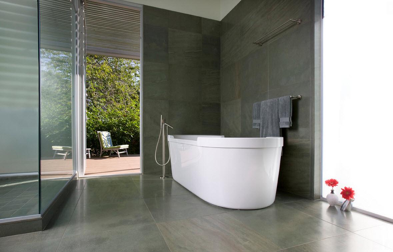 Темная плитка и белая ванна