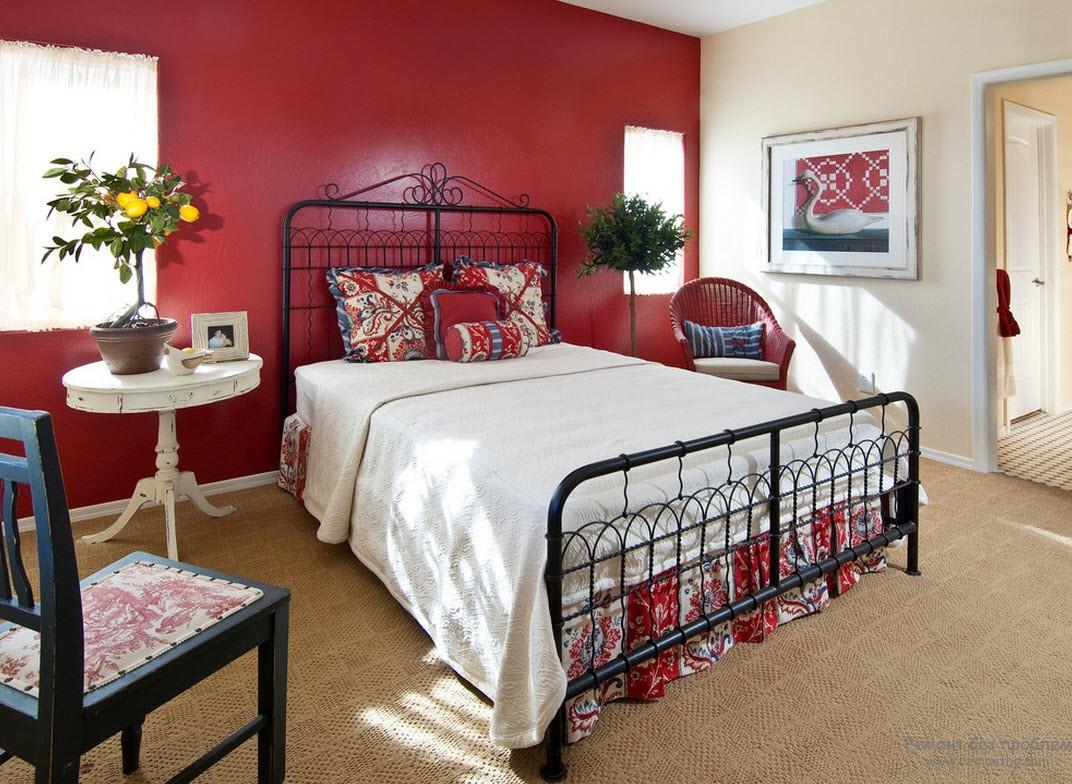 В узорчатой спальне однотонными могут быть стены