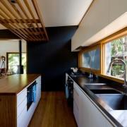 Большие окна в матовых кухнях