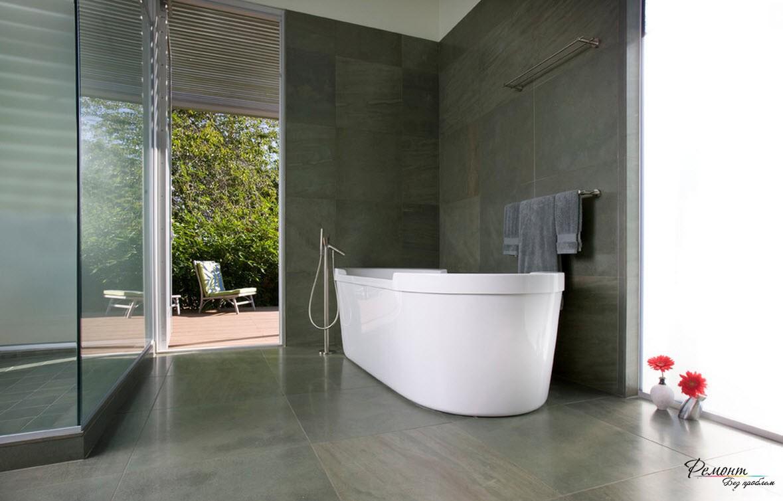 Белоснежная ванна красиво выделяется на темном фоне