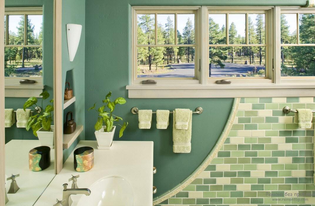 Окно в белой раме в бело-зеленом интерьере ванной комнаты
