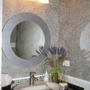 Серые обои в черно-белом интерьере ванной комнаты