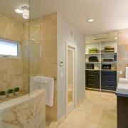Бежевые стены в ванной