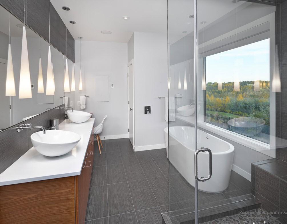 С помощью древесины можно избавить интерьер серой ванной комнаты от скучного настроения