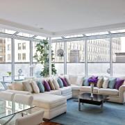 Контрастные подушки на белом диване
