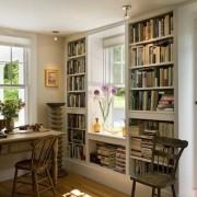 Книжные стеллажи, располагающиеся у окна, очень культурно выглядят в интерьере