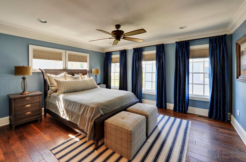 Синие шторы в спальной