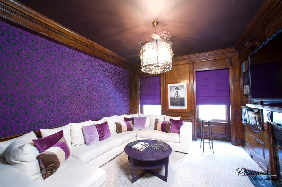 Домашний кинотеатр в фиолетово-коричневом оформлении
