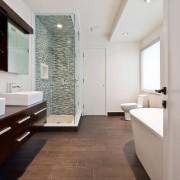 Комбинация белого с коричневыми оттенками всегда эффектно смотрится в интерьере ванной комнаты