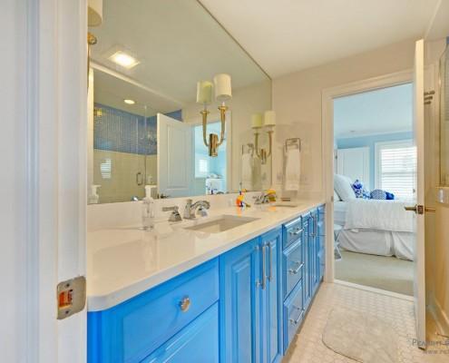 Голубой цвет в мебели ванной