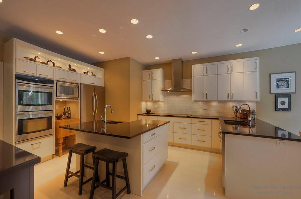 Потолок с точечными светильниками