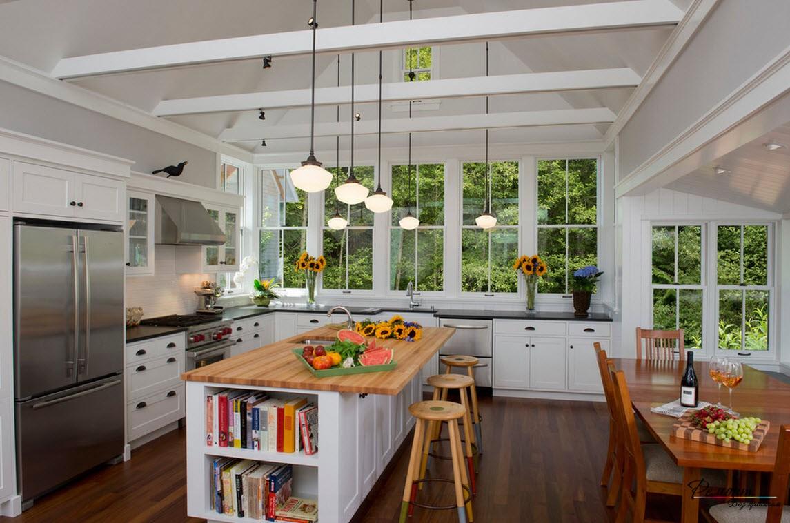 Естественный ландшафт за окном придает кухне особое очарование