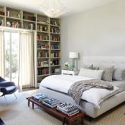 Размещая книжные стеллажи над оконным проемом, значительно экономится место