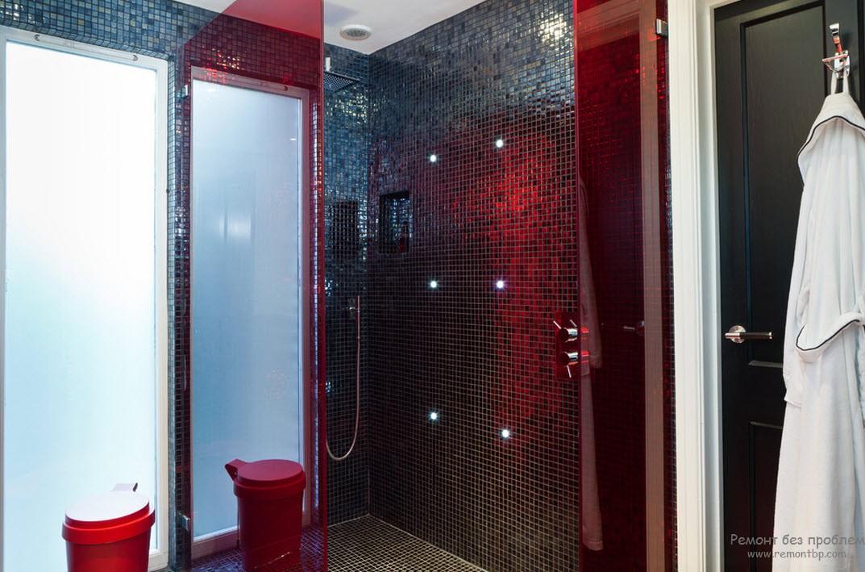 Ванная комната с комбинированной керамической плиткой