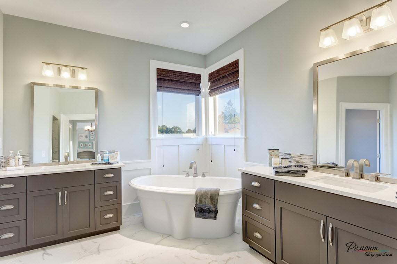 Чугунную ванну разместили под углом для оригинального решения пространства и симметрии