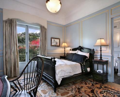 Черная мебель в голубой спальне