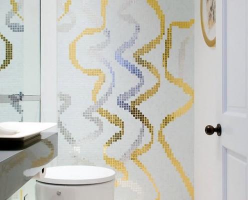 Украшением интерьера служат цветные вертикальные узоры синего и золотистого цветов