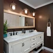Темно-коричневый с белым в ванной комнате - торжественное сочетание