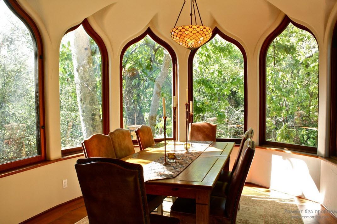 Сводчатый потолок, стрельчатые окна и ковер относятся к элементам арабского стиля