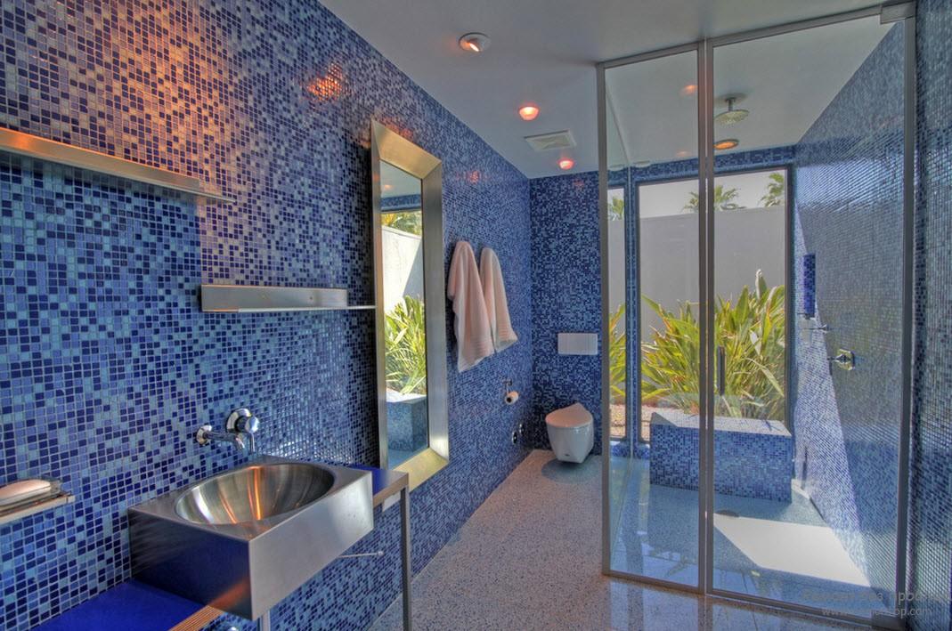 Стены и пол в синей ванной