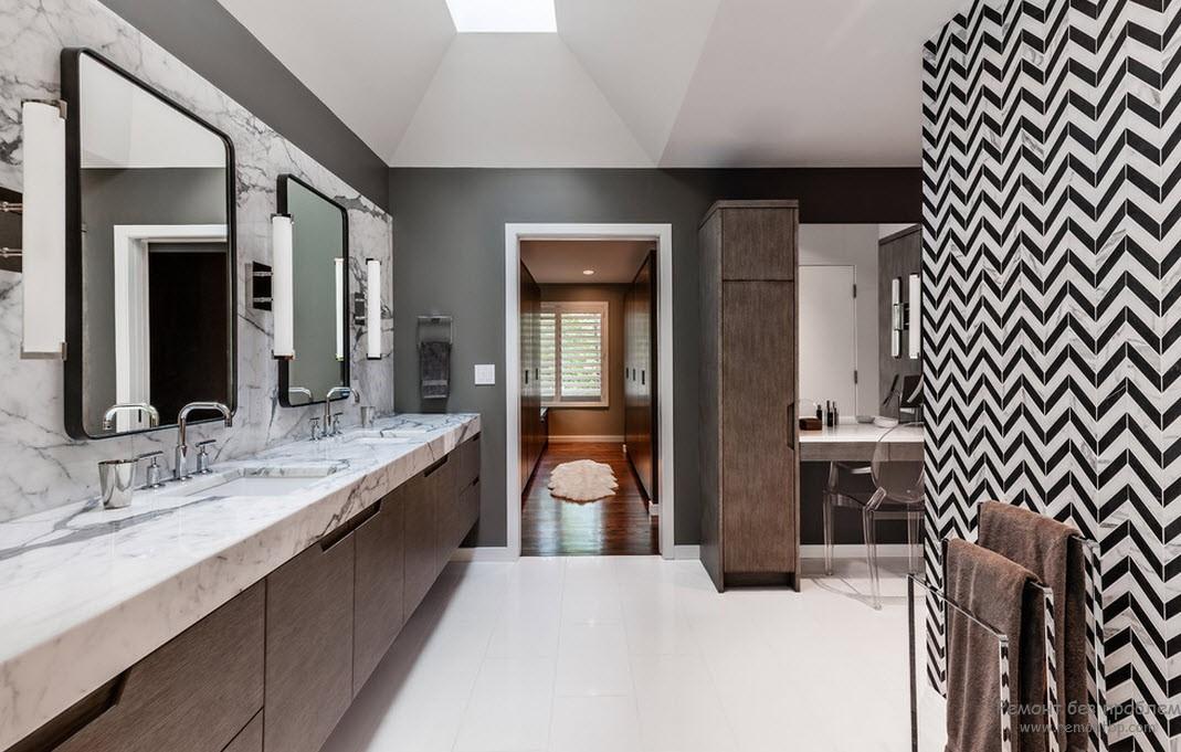 Просторный интерьер ванной комнаты, выполненный в черно-белом сочетании с введением темно-бежевого цвета