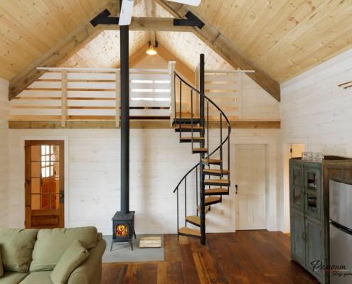 Винтовая лестница в доме из бруса