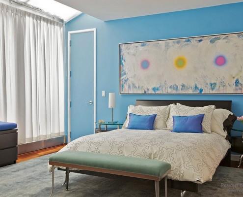 Голубая стена с картиной