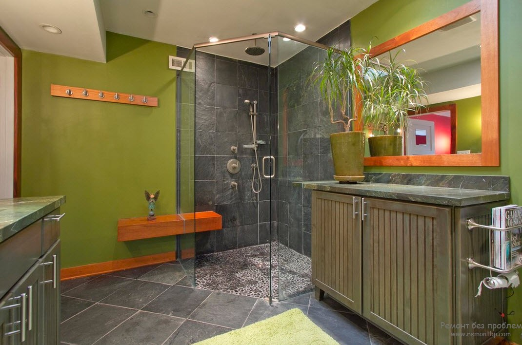 Напольная плитка в интерьере зеленой ванной комнаты
