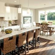 Плетеные кресла на кухне